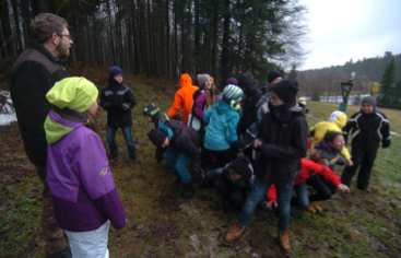 2 Schüler stellen Aufbau eines Baumstamms dar