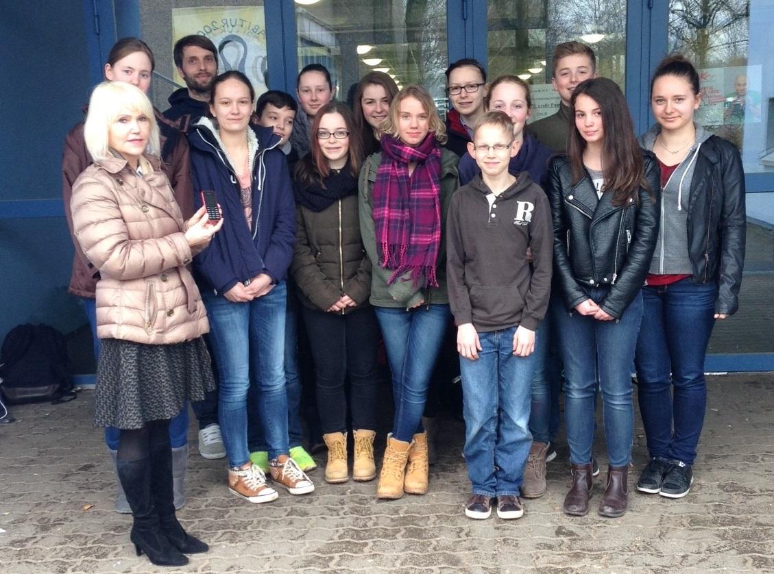 Ganz links vorne: Anna Lehmann (Sonnen-Apotheke) Ganz links hinten: Florian Heidenreich (Schule am Ried) … und die Schulsanitäter!