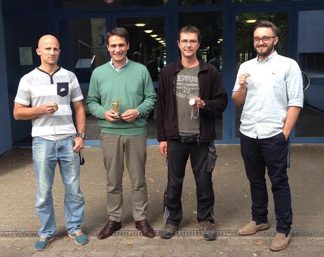 Auf dem Foto von links: Dr. Florian Krick (Schulsportleiter), Christof Gans (Schulleiter), Volker Ruis (Schlüsseldienst a. H.) und Sebastian Dinsenbacher (Schulsportleiter)