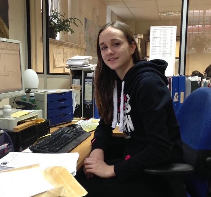 Clara am Schreibtisch von ihrem Chef (Leiter der Brasshouse Language School)