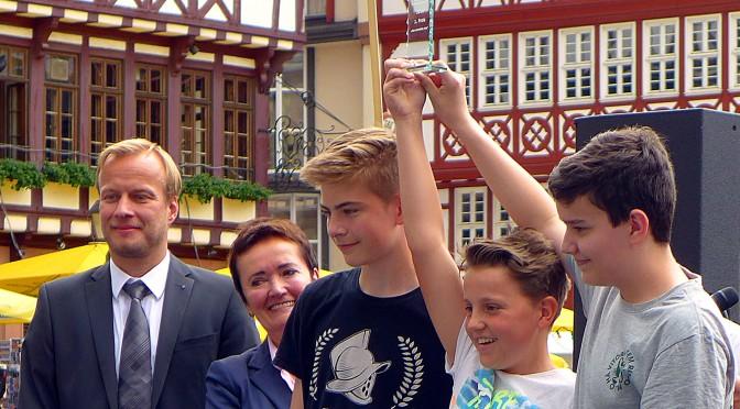 """Stolze Sieger: Nils von Husen, Finn Theiss und Max Suhany (Solar-AG) gewannen mit """"Protokoll Omega"""" das Rennen in der Klasse A. Sie werden Ende September beim 7. Bundessolarrennen die Stadt Frankfurt im Ultraleichtrennen der Klasse A vertreten."""