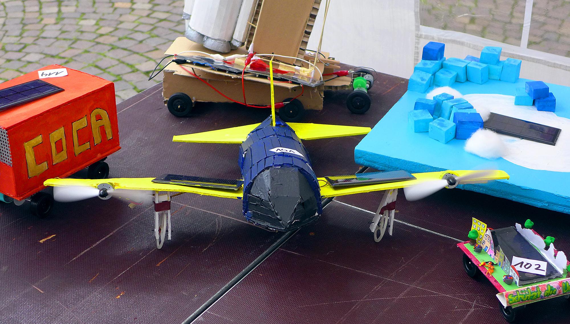 """Unermüdlich am Rotieren: Der """"Solarflieger 2006"""" von Paul Hruschka drehte seine Propeller unbeeindruckt vom Treiben auf dem Römerberg von der ersten bis zur letzten Sekunde. Das in den Farben der berühmten US-Navy-Kunstflugstaffel """"Blue Angels"""" gekleidete Flugzeug ist in Ultraleichtbauweise gefertigt und hat so leichtgängige Räder, dass es sich mit Propellerantrieb vorwärtsbewegt."""