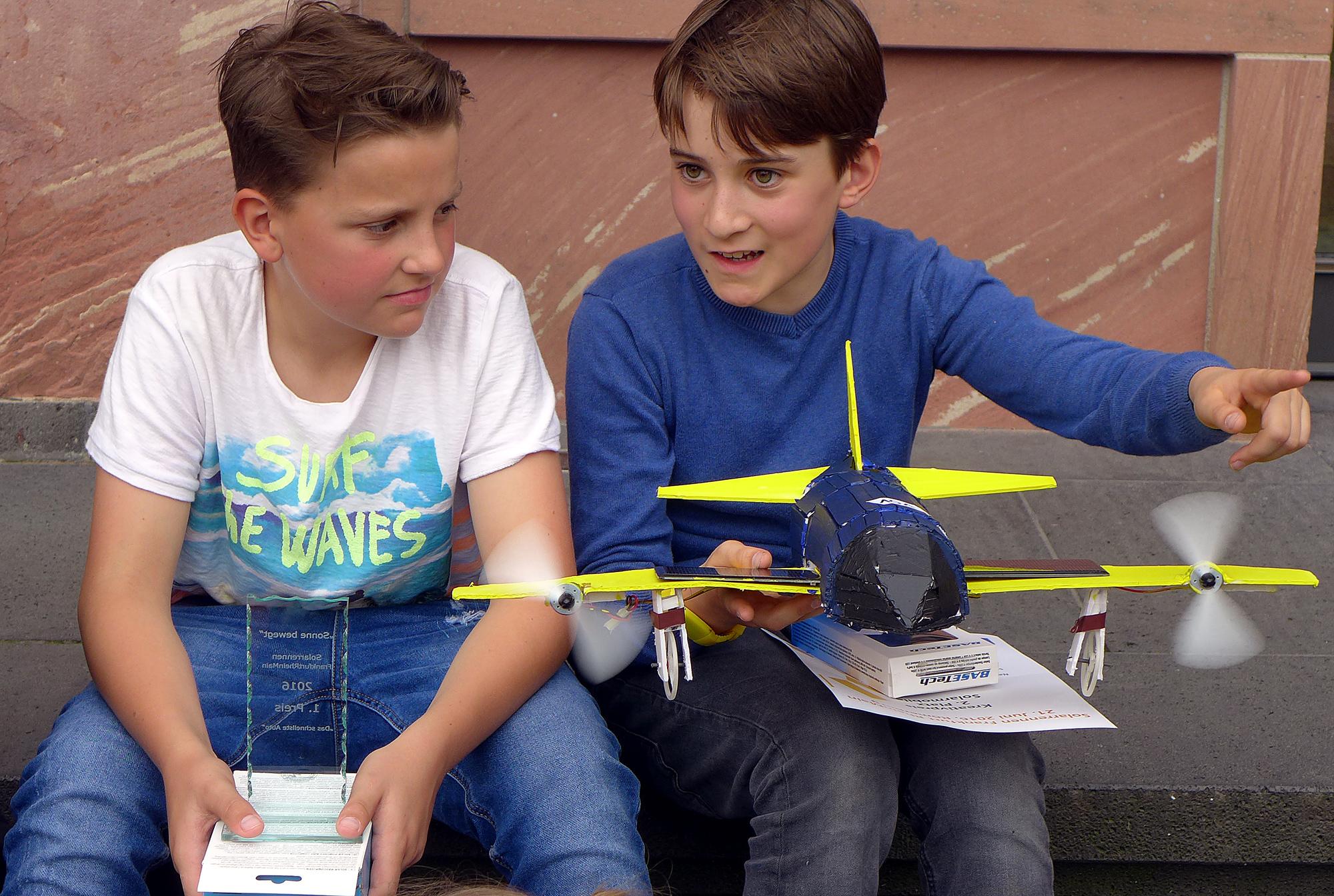 Gewinner unter sich: Finn und Paul diskutieren über das Rennen.