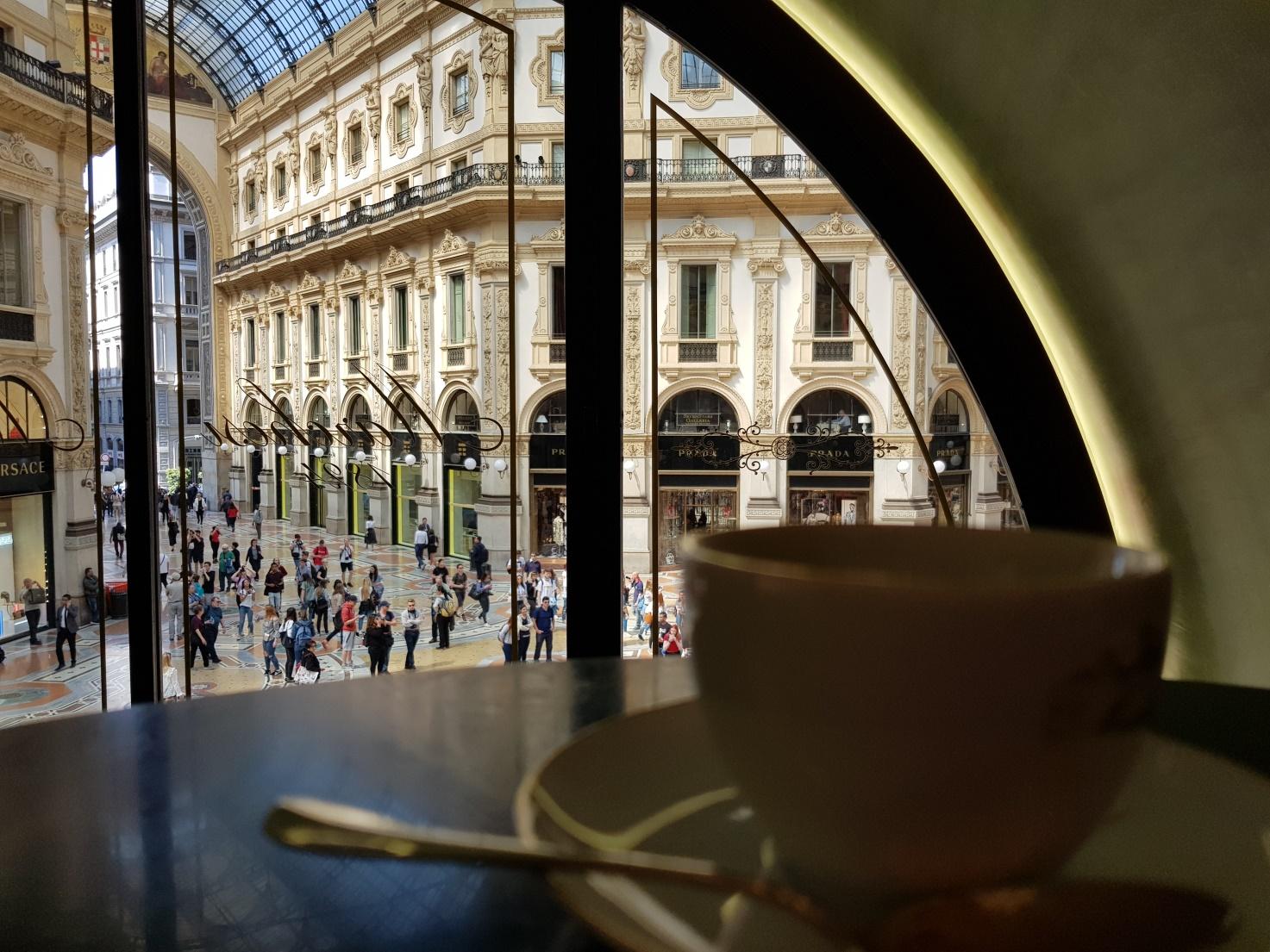 """Ein Espresso trinken mit der """"Galleria Vittorio Emanuele II"""" im Hintergrund."""