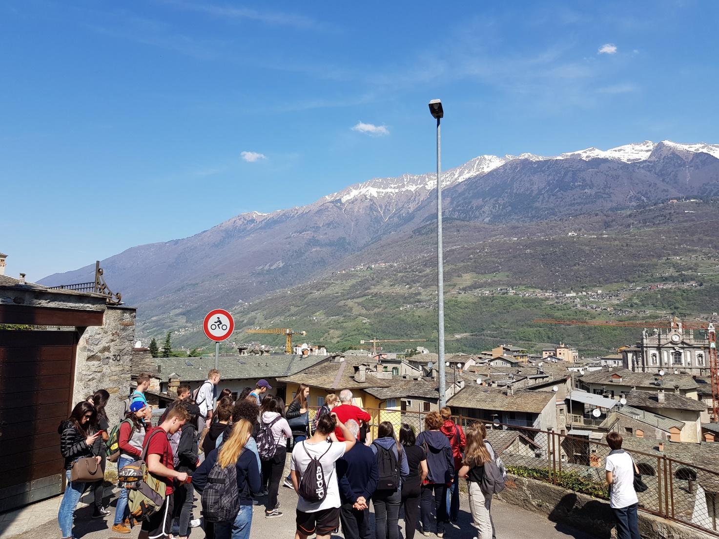Die Schüler bewundern das Panorama von Morbegno.