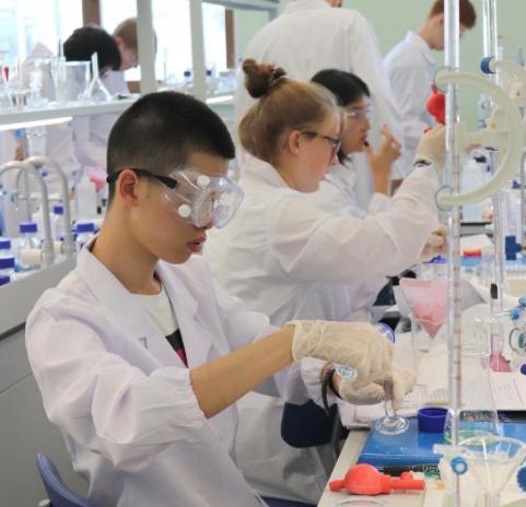 Amy Stephan (Mitte) beim Experimentieren im Labor